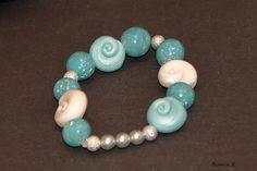 Armband bestehend aus folgender *Farb- und Materialkombination*:   - selbstgefertigte Polymer Clay-Perlen in Blautönen mit integriertem Blattmetall  -