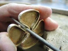 Diario aprendiz de joyero: broche Wire Wrapped Jewelry, Metal Jewelry, Jewelry Shop, Jewelry Ideas, Handmade Accessories, Handmade Jewelry, Sterling Silver Cross Pendant, Jewelry Making Tutorials, Jewellery Making