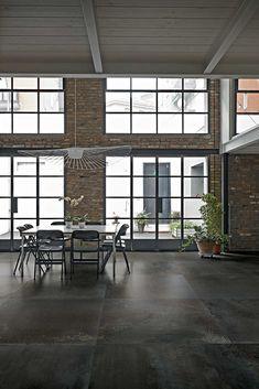 Merk: Floor Gres | Collectie: Flowtech | De collectie heeft een industriële uitstraling, geïnspireerd op verweerd metaal, in drie kleuren en 12 formaten tot 160×320 cm. #tiles #italiantiles #design #designtiles