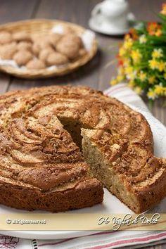 Torta di mele e amaretti, una ricetta diversa dal solito con amaretti nell'impasto ed in superficie. Un dolce con le mele soffice e facile per la colazione.