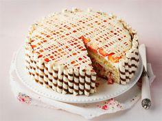 Valkosuklainen mansikkakakku on kesäisen juhlapöydän kuningatar.