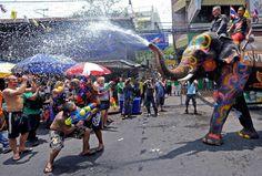 Songkran. Año nuevo tailandés (Bangkok) Se inicia con el cambio solar y  comienzo del año nuevo para los tailandeses (del 13 al 15 de abril). Los asistentes debían bautizarse y purificarse. Con el propósito de evitar la mala suerte, las calles se llenan con imágenes de Buda , se observan ritos que indican que el año nuevo a comenzado.  Con  el nuevo año concluye la época de calor y  comienza  la estación húmeda, en toda la festividad el agua está presente y los visitantes disfrutan…