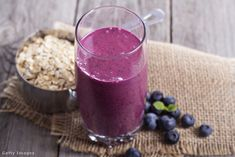Áfonyás smoothie 1db Breakfast Smoothies With Oats, High Protein Breakfast, Breakfast Smoothie Recipes, Oatmeal Smoothies, Protein Shakes, Smoothie Proteine, Detox Smoothies, Coconut Smoothie, Healthy Smoothies