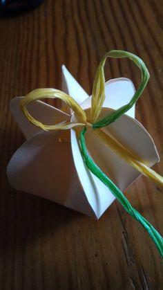 Guarda questo articolo nel mio negozio Etsy https://www.etsy.com/it/listing/268535440/scatolina-confetti-in-cartoncino-e-rafia