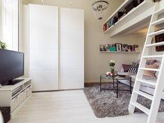 lit mezzanine adulte et salon avec meubles blancs