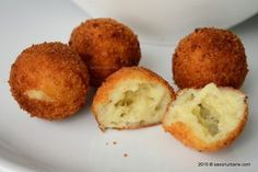 Bulete de cascaval cu cartofi | Savori Urbane Romanian Food, Breakfast Pancakes, Mozzarella, Side Dishes, Muffin, Food And Drink, Easy Meals, Appetizers, Cooking Recipes