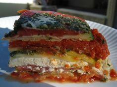 Lasanha vegana crua com queijo feito de castanhas de caju e pinholes, pesto de manjericão e molho de tomate seco.