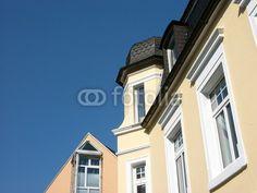 Sanierte beigefarbene Altbaufassade und Neubau in Oerlinghausen im Teutoburger Wald bei Bielefeld in Ostwestfalen-Lippe