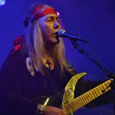 As part of the Scorpions Revisited Tour German guitar master Uli Jon Roth visited Uden today. The man who left the Scorpions after the very successful 'Taken By Force'- tour in 1978 which was immortalized on the classic double live album 'Tokyo Tapes', because he wanted to be free again and didn't care for success. Although maybe not as catchy as the hitsingles, the songs Roth wrote had a depth that was missing in the later songs.