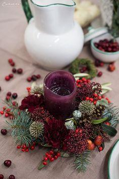 Weihnachtskränze, Adventskränze, Weihnachten, Kränze, Dekoideen, Winter, DIY, Weihnachtsmenü, Glühwein, Spekulatiusgugelhupf, Herbst- und Wintergemüse-Auflauf, Käsesouffle, Filetköpfe, Selleriegemüse, hausgemachtes Pesto, One Pot Apfel Most Hendl, Adventfeier, Weihnachtsfeier, advent wreath, christmas wreath, wreaths, christmas, decor, decoration ideas, christmas menu, mulled wine, speculoos bundt cake, winter vegetables, cheese souffle, filet heads, one pot apple cider chicken, christmas… Winter Diy, Creative, Red, Natural Materials, Christmas Time, Celebration, Homemade, Christmas, Crafting