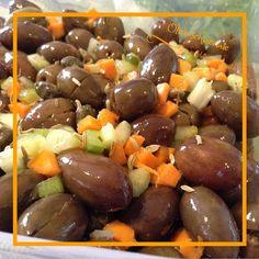 Ecco la mia versione delle olive schiacciate - ricetta siciliana, conosciute anche come Alivi scacciati e cunzati (olive schiacciate e condite). Provatele !