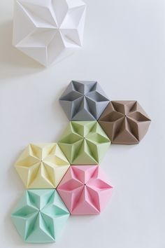 Origami. For more origami ideas, visit our board: https://www.pinterest.com/makerskit/papercraft-diy-ideas/ Blocos de papel Origami - para decoração