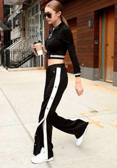 Calça com botões laterais: a calça sporty com fendas é perfeita para dar um up naquele lookinho esportivo.