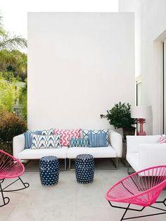 Sofa blanco con cojines de lenguas de distintos colores