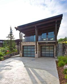 Индивидуальный проект современного двухэтажного дома с двумя гаражами. Особенность первого этажа дома с гаражами в шахматном порядке расположения. Второй этаж – наклонная крыша