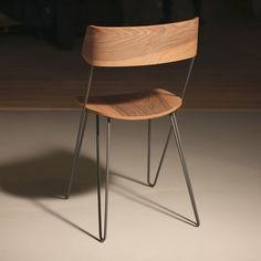 Stahl und Holz erzeugen selten den Eindruck von Leichtigkeit, aber mit der Ibsen-Serie gelingt dem in Rom ansässigen Label GREYGE die Verwandlung der Materialien in Stühle, die zwischen Schwerelosigkeit und Bewegung schweben. Der Ibsen Stuhl wird von einem Gestell aus pulverbeschichtetem Stahlrohr gestützt, dessen Rundungen und Kanten aus jeder Perspektive neue Ansichten bilden – ein elegantes Zusammenspiel von Formen, dem man eine unbeschwerte Verspi | Stuhl IBSEN MASTERPIECE von Greyge –…
