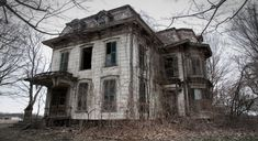 Seph Lawless, a photographer, decided to head out to various towns in Ohio, Texas, New York, Connecticut, Michigan, and Pennsylvania for real life haunted houses. This is for his new book titled 13: An American Horror Story. Some of the houses look just as creepy as they make them out to be in movie…