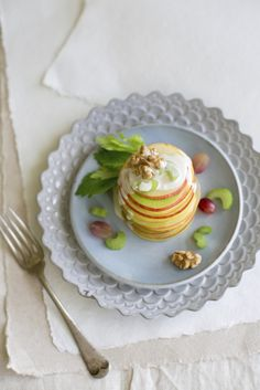 Wonderful appetizer: a tower of waldorf salad Yummy Appetizers, Appetizer Recipes, Kiss The Cook, Apple Slices, Granny Smith, I Love Food, Panna Cotta, Cooking, Breakfast