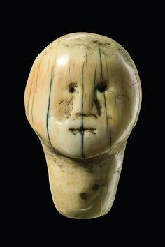 Anthropomorphic head sculpture in miniature form Arte Tribal, Tribal Art, Art Inuit, Sculpture Head, Bone Crafts, Art Premier, St Lawrence, Art Africain, Small Sculptures