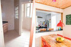 Cozinha de apartamento com planta irregular se integra à sala - Casa