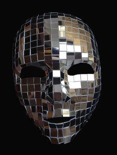 Mano decorado en Londres de espejo plástico, tan reflexiva como espejo de cristal, pero más ligero y más seguro! Cada pedazo del espejo se corta a mano y aplicado a una máscara de base plástica. Ya que son hechos a mano cada máscara es única, no hay 2 son los mismos! La máscara es completamente ajustable con cordón elástico. Enviamos en todo el mundo! Todos los artículos están en caja.