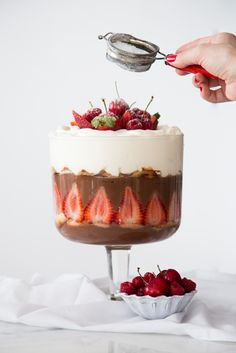 chocolate and strawberries pavé Candy Recipes, Sweet Recipes, Dessert Recipes, Delicious Desserts, Yummy Food, Chocolate Flavors, Chocolate Trifle, Love Food, Food Porn