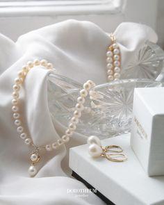 Eleganter, zeitloser Brautschmuck - eine perfekte Kette für die klassische Braut. Optimal für Kleider mit Betonung auf den Ausschnitt. Elegant, Pearl Necklace, Pearls, Jewelry, Fashion, Crystals, Pearl Jewelry, Neckline, Moda