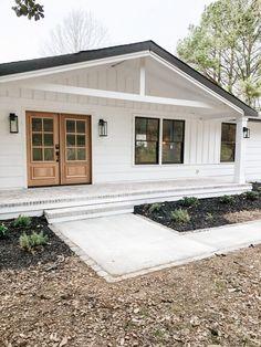 Modern Front Porches, Farmhouse Front Porches, Modern Farmhouse Exterior, Cottage Exterior, Front Porch Addition, Front Porch Design, Home Exterior Makeover, Modern Ranch, Exterior House Colors