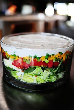 Seven layer salad- Pioneer Woman - 7 Layer Salad 7 Layer Salad, Layer Dip, Seven Layer Salad Dressing Recipe, Cuisine Diverse, Cooking Recipes, Healthy Recipes, Cooking Tips, Free Recipes, Vegetarian Recipes
