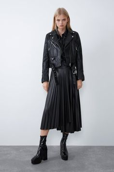Black Skirt Outfits, Pleated Skirt Outfit, Cute Outfits, Pleated Skirts, Biker Jacket Outfit, Online Zara, Mode Ootd, Looks Street Style, Daily Dress