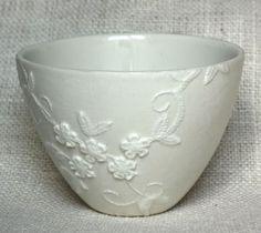Cola branca e renda - e vasinhos de cerâmica se transformam.   A decoupagem nessa tigela foi feita com uma renda tão fina que parteficou in...