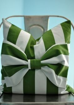 Need this for my daughters bed in solid pink...(maybe green bow)