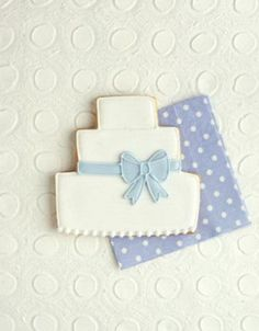 Lovely tiered Cookies~               By Peggy porschin,  www.piccolielfi.it, white wedding cake, blue bow