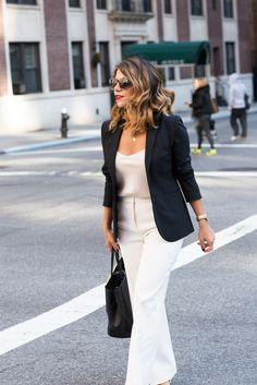 Look de trabalho com calça branca, blusa nude de cetim e  blazer marinho: Combinação elegante!