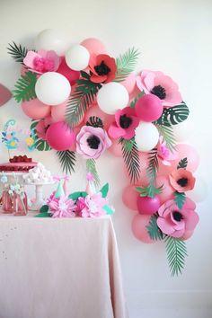 No photo description available. First Birthday Themes, Girl First Birthday, Birthday Decorations, Diy Fleur Papier, Papier Diy, Paper Flowers Diy, Paper Roses, Sweet Party, Paper Plants