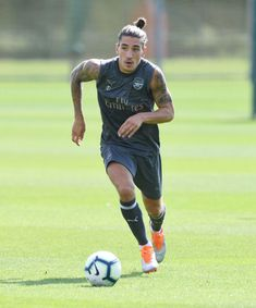 ST ALBANS, ENGLAND - AUGUST 07: Hector Bellerin of Arsenal during a training session at London Colney on August 7, 2018 in St Albans, England. (Photo by Stuart MacFarlane/Arsenal FC via Getty Images)