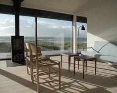 Dansk hytte ved havet / Danish modern by the sea