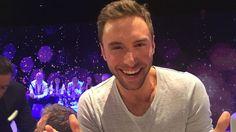 Måns Zelmerlöw kan inte fatta att Sverige håller på att ta hem Eurovision 2015. Bild från green room.