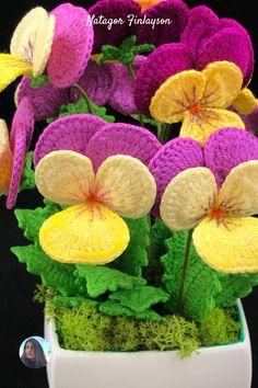 Crochet Jewelry Patterns, Crochet Flower Patterns, Crochet Designs, Crochet Flowers, Fabric Flowers, Crochet Video, Thread Crochet, Free Crochet, Pansy Flower