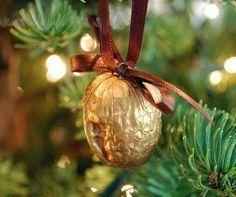 игрушка для украшения елки из грецкого ореха
