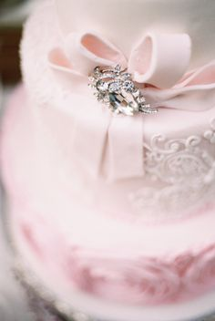 Jeweled Brooch on Wedding Cake   photography by http://regcampbell.com