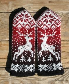 Mittens and gloves with deer free pattern Knitted Mittens Pattern, Knit Mittens, Knitted Gloves, Knitting Socks, Hand Knitting, Knitting Charts, Knitting Patterns, Fair Isle Knitting, Knitting Projects