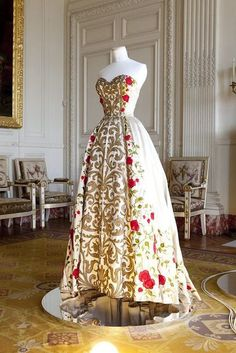 Balmain haute couture collection spring-summer 1954. Dress evening Antonia, Orlon satin embroidered a panel scrolls gold, pearls pearly, planting roses applied in chiffon red foliage embroidered, two petticoats horsehair and Ottoman twofold. Musée Galliera. Pierre Balmain House of Balmain.