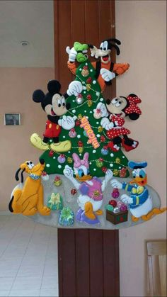8 models of Disney Christmas tree ornaments with printable template - How to Do Best Picture For Mickey Christmas, Christmas Home, Vintage Christmas, Disney Ornaments, Felt Christmas Ornaments, Felt Decorations, Christmas Decorations, Felt Crafts Patterns, Diy And Crafts