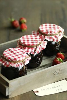 Homemade strawberry jam - finished off with gingham covers Chutney, Xmas Colors, Red Cottage, Jam And Jelly, Red Gingham, Strawberry Jam, Strawberry Fields, Country Life, Country Charm