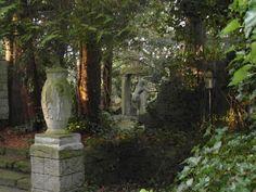 Thieles  Garten ... Vase, Tanzende, Laterne, Bäume, Schlingpflanzen / Copyright Horst H. Barsuhn; Bremerhaven (Germany)