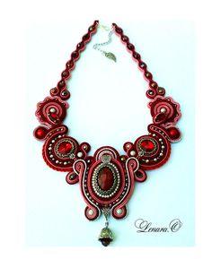 Colores de rojo, rosa, plata de collar de soutache. Jaspe rojo.