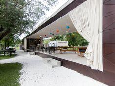 временное летнее кафе гараж в парке. photo: Asya Baranova