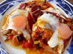 Huevos y jamón al calor del pisto.