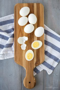Learn how to make hard boiled eggs in just a few simple steps. Get those perfectly firm whites and creamy yellow centers every time you boil eggs! Making Hard Boiled Eggs, Perfect Hard Boiled Eggs, Perfect Eggs, Egg And Grapefruit Diet, Boiled Egg Diet Plan, Avocado Egg Salad, Easy Peel, How To Cook Eggs, Deviled Eggs